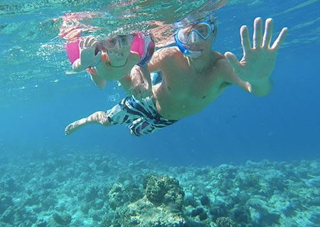 bambini snorkeling alle Maldive