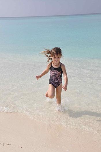 bambini e mare delle Maldive