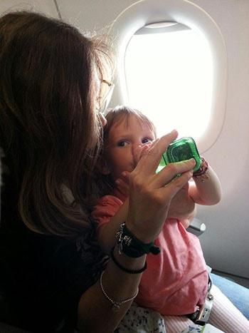 i bambini su un volo lungo